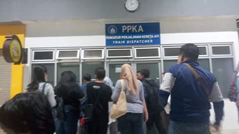 KRL Commuter Line Nylonong Di Stasiun Rawabuntu