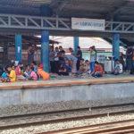 Sholat Jumat Di Peron Kampung Bandan